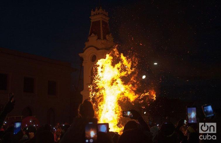 La quema del Diablo, en la Alameda de Santiago de Cuba, cerró la Fiesta del Fuego. Foto: José Roberto Loo.