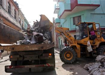 Obreros remueven con maquinaria pesada los escombros generados por el paso del huracán Irma. Imagen del martes 12 de septiembre de 2017, en La Habana. Foto: Alejandro Ernesto / EFE.