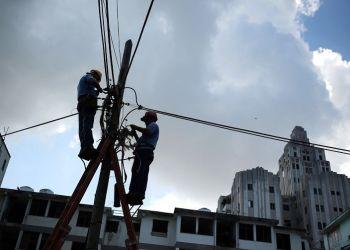 Obreros trabajan en la rehabilitación de las redes telefónicas en las zonas afectadas por el paso del huracán Irma, hoy miércoles, 13 de septiembre, en la Habana. Foto: Alejandro Ernesto / EFE.