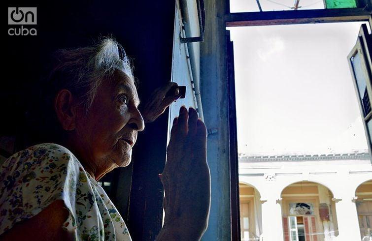 Ramona Sánchez cuenta la historia muy conmovida. Foto: Otmaro Rodríguez.
