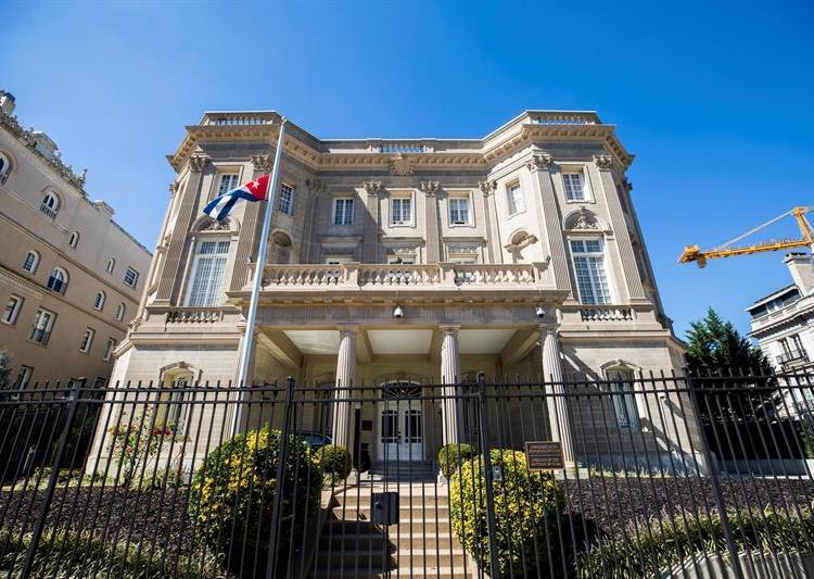 """EE.UU. ordenó la salida de 15 funcionarios de la embajada cubana en Washington, en respuesta a los supuestos """"ataques"""" acústicos. Foto: Jim Lo Scalzo / EFE."""