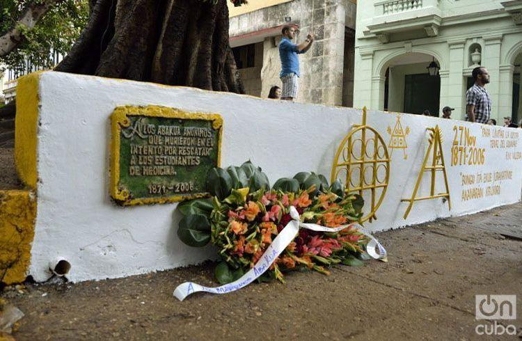 Homenaje de la Asociación Secreta Abakúa de Cuba a los cinco abakúas muertos mientras intentaban detener el fusilamiento de los ocho estudiantes de medicina. Foto: Otmaro Rodríguez.