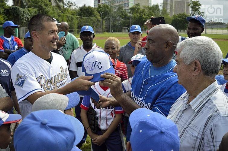 Jeremy Guthrie gives his autographed baseball cap to Rolando Verde. Photo: Otmaro Rodríguez.