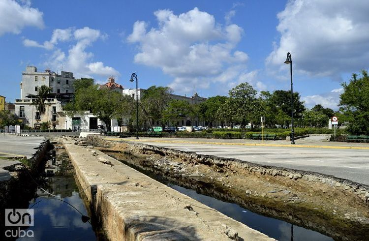 Excavación para desenterrar los restos de la Muralla del Mar. Foto: Otmaro Rodríguez.