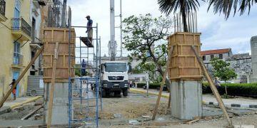 Trabajadores del proyecto privado Restauro Habana construyen la réplica del Pórtico de la antigua Puerta de O'Reilly. Foto: Otmaro Rodríguez.