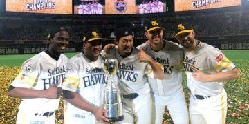 Los cubanos Liván Moinelo (1-i) y Alfredo Despaigne (2-i) celebran junto a otros integrantes de los Halcones de SoftBank el título de la Liga de Japón. Foto: ads305.com.