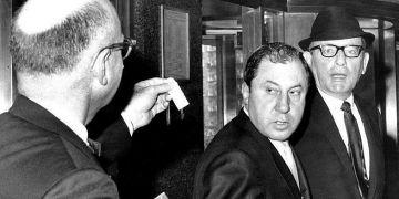 Frank Ragano (centro) y Santo Trafficante Jr. (derecha) antes de una vista judicial. Foto: New York Daily News / Getty Image.