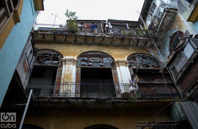 Edificio frente al Capitolio de La Habana. Foto: Otmaro Rodríguez.