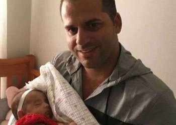 Gattorno abraza a su hija Valeria. Foto: El Nuevo Herald.