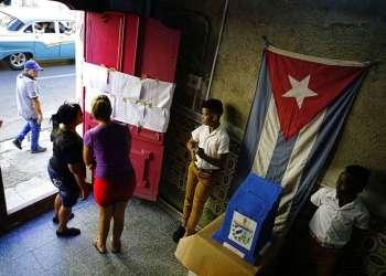 Dos mujeres buscan sus nombres en una lista de electores en un centro de votación durante los comicios municipales en La Habana, en noviembre de 2017. Foto: Ramón Espinosa / AP / Archivo.