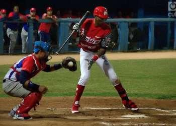 Alexei Ramírez batea frente al equipo Occidentales de Cuba. Foto: Otmaro Rodríguez.