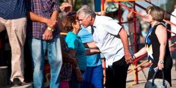 Miguel Díaz-Canel, entonces primer vicepresidente, de la mano de su esposa, Lis Cuesta, habla con otros votantes el día de las elecciones el 11 de marzo de 2018. Desde el 19 de abril Díaz-Canel asumió como nuevo presidente. Foto: Ramón Espinosa / AP.