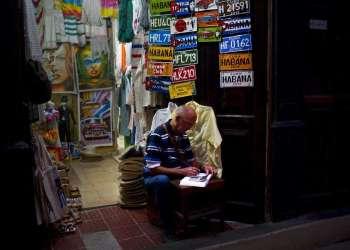 Un trabajador calcula las ventas del día en una tienda de recuerdos privada en La Habana, Cuba, el miércoles 31 de enero de 2018. El vicepresidente Marino Murillo, el hombre encargado de supervisar las reformas económicas de Cuba, dijo a la Asamblea en diciembre que los cubanos ya no podrán tener más de una licencia de trabajo por cuenta propia. (AP Foto / Ramón Espinosa)