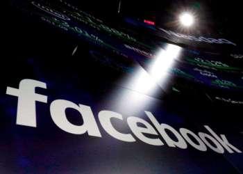 Logotipo de Facebook en las pantallas de la bolsa Nasdaq en Times Square, Nueva York. Foto: Richard Drew / AP.