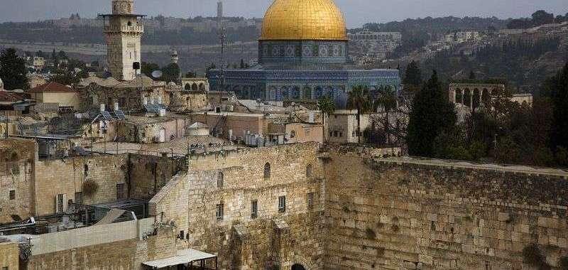 Una vista del Muro Occidental y la Cúpula de la Roca, dos de los lugares más sagrados para judíos y musulmanes, en el Barrio Viejo de Jerusalén. Foto: Oded Balilty / AP.