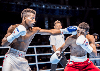 Johanys Argilagos, izquierda, peleando con el británico Galal Yafai. Foto: AIBA.