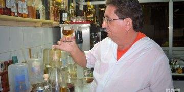 Javier sueña con un ron de 50 años, una bebida añejada que quizás nunca vea. Foto: Glendy Hernández.