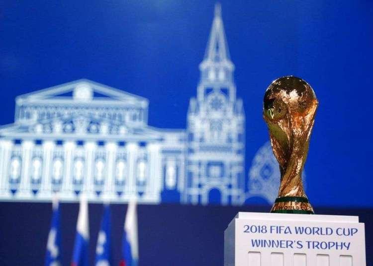 El trofeo de la Copa del Mundo es desplegado durante el Congreso de la FIFA en la víspera de la inauguración del torneo en Moscú, Rusia, el miércoles 13 de junio de 2018. Foto: Pavel Golovkin / AP.