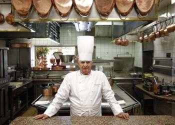 Paul Bocuse posando en su afamado restaurante L'Auberge du Pont de Collonges, en Collonges-au-Mont-d'or, Francia, en 2011. Foto: Laurent Cipriani / AP.