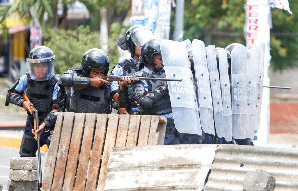Policía antimotines durante enfrentamientos con manifestantes en Managua, el viernes 20 de abril. Foto: Alfredo Zúñiga / AP.