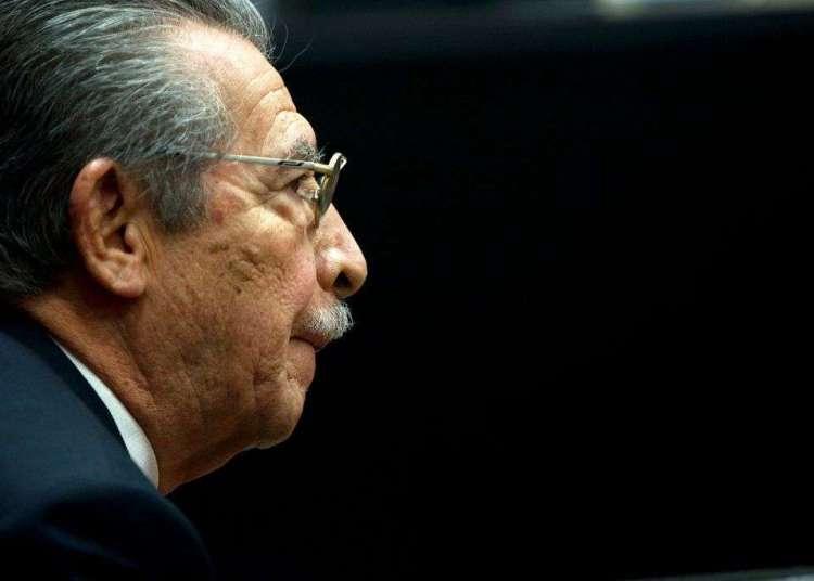 El exdictador de Guatemala Efraín Ríos Montt en una audiencia previa a su juicio en Guatemala en enero de 2013. Ríos Montt, que tomó el poder mediante un golpe de Estado en 1982 y presidió uno de los períodos más sangrientos de la guerra civil guatemalteca, murió hoy de un infarto a los 91 años. Foto: Moisés Castillo / AP.