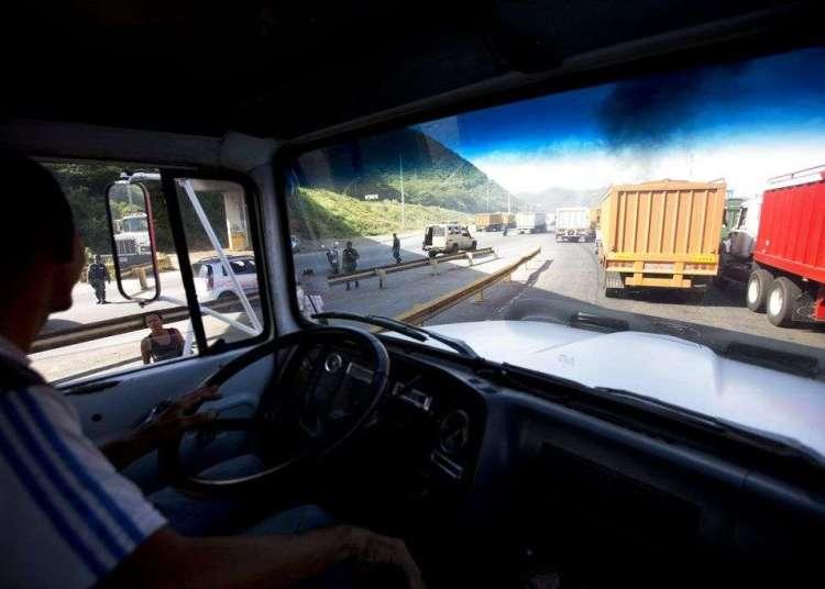 Bancas de estudiantes bloquean el acceso a vehículos durante comicios presidenciales en Caracas, el domingo 20 de mayo de 2018. Foto: Ariana Cubillos / AP.