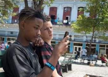 Adolescentes en una zona Wifi en Cuba. Foto: Otmaro Rodríguez.