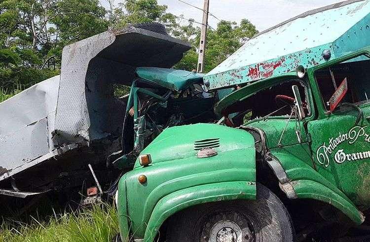 Camiones que impactaron este lunes en un accidente de tránsito en Granma. Foto: La Demajagua / Facebook.