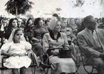 Carmelina Arechabala (centro), al lado de su hija Teresita. Foto: recorte de prensa de la época.