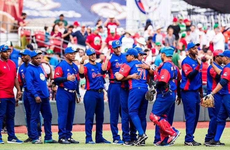 El equipo cubano celebra su triunfo sobre Puerto Rico que lo colocó como primero de la fase clasificatoria de la Serie del Caribe 2018. Foto: @SDCJalisco2018 / Facebook.