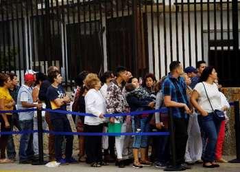 Cubanos esperando trámites consulares en la embajada estadounidense en La Habana, en abril de 2017. Foto: Alexandre Meneghini / Reuters.