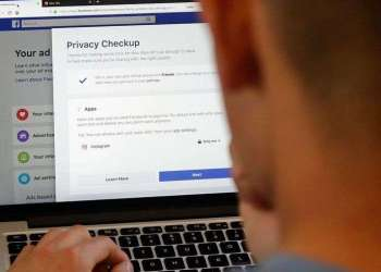 Usuario de Facebook cambiando sus niveles de privacidad en San Francisco, Estados Unidos. Foto: Jeff Chiu / AP.