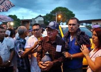 Los restos de las víctimas han sido honrados por familiaries, allegados y amigos. Esta foto fue tomada en Velasco, Holguín, el 23 de mayo pasado. Foto: Alejandro Ernesto/EFE.