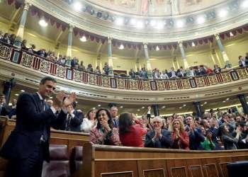 Pedro Sánchez, líder del PSOE, gana la moción de censura contra Mariano Rajoy y se convierte en presidente de España. Recibe aplausos en el Congreso de los Diputados. Foto: EFE.