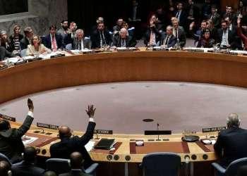 Miembros del Consejo de Seguridad de la ONU votan una resolución presentada por EE.UU. para realizar una investigación independiente sobre el uso de armas químicas en Siria durante una reunión del organismo, el 10 de abril de 2018. Foto: Julie Jacobson / AP.