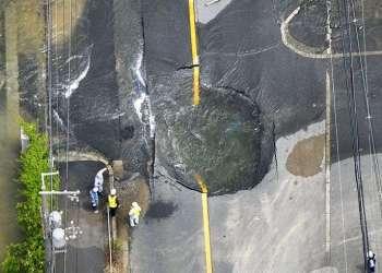 El agua sale tras la ruptura de un camino luego del fuerte terremoto en Takatsuki, Osaka, este lunes 18 de junio de 2018. Foto: Yohei / Nishimura / Kyodo News vía AP.
