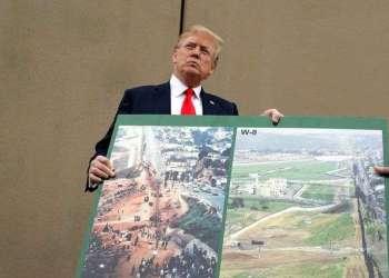 Donald Trump sostiene la imagen de un prototipo del muro fronterizo, en San Diego, California, este 13 de marzo de 2018. Foto: Evan Vucci / AP.