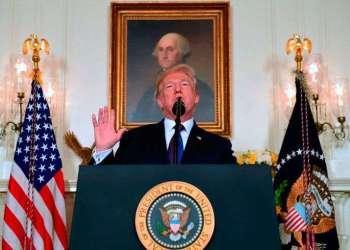 Donald Trump habla en el Salón de Recepciones Diplomáticas de la Casa Blanca el viernes 13 de abril de 2018, en Washington, acerca de la respuesta militar de Estados Unidos al ataque con armas químicas en Siria. Foto: Susan Walsh / AP.