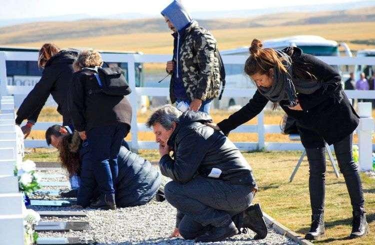 Familiares de soldados argentinos muertos durante la guerra de 1982 entre Argentina y Gran Bretaña visitan el cementerio militar de Darwin en las Islas Malvinas o Falkland, este lunes 26 de marzo de 2018. Foto: Caiti Beattie / AP.