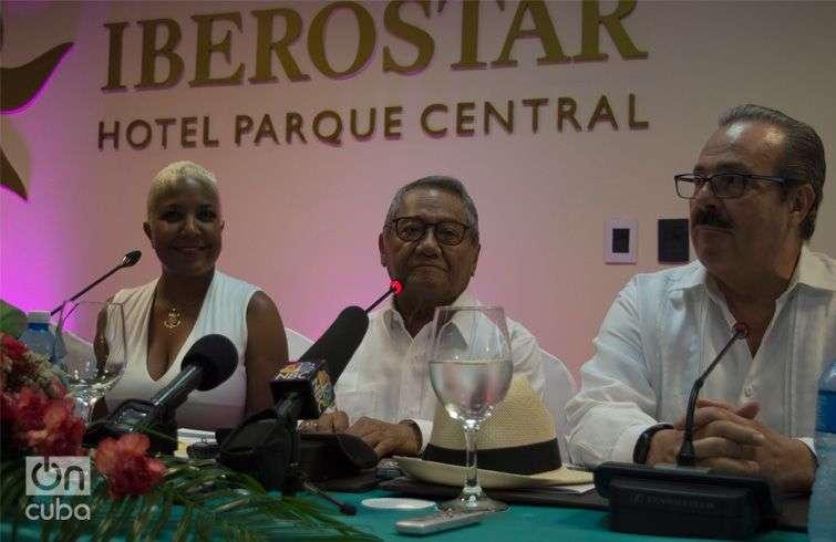 El cantautor mexicano Armando Manzanero (centro), junto a la cantante cubana Haila María Mompié, y a Enrique Martínez, embajador de México en Cuba. Foto: Otmaro Rodríguez.