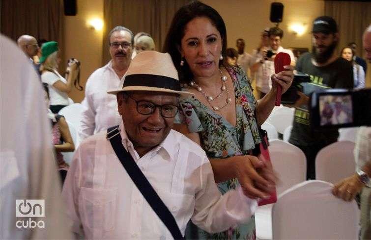 Armando Manzanero acompañado de su esposa Laura Elena Villa, en La Habana. Foto: Otmaro Rodríguez.