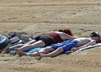 Personas al sol en la playa en Margate, sur de Inglaterra, en medio de la ola de calor que sufre Europa. Foto: Gareth Fuller /PA Wire/ PA vía AP.