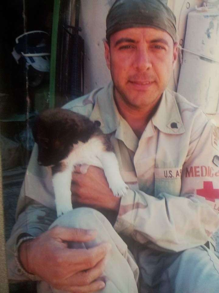 Carlos Lazo y su perrita Fallujah, rescatada en esa ciudad de Iraq. Foto: Cortesía del entrevistado.