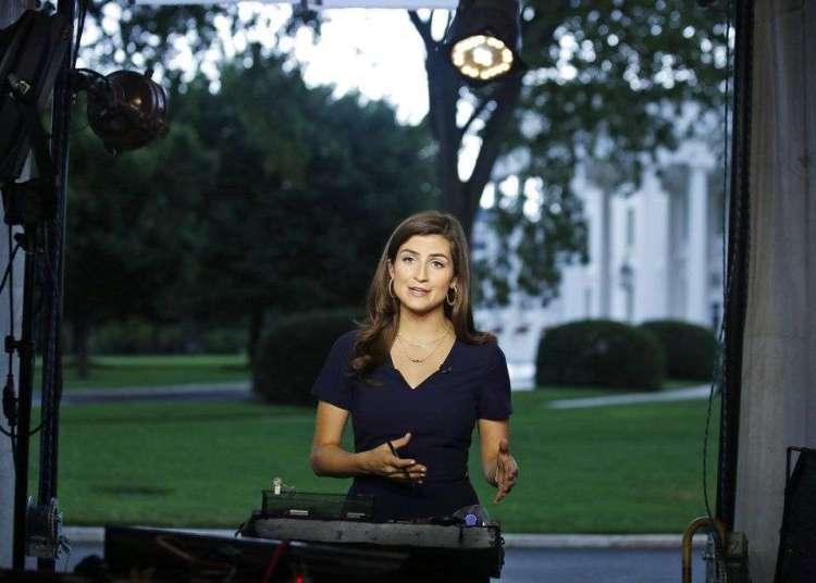La corresponsal de la CNN en la Casa Blanca Kaitlan Collins habla durante una transmisión en vivo el miércoles, 25 de julio del 2018, en Washington.  (AP Foto/Alex Brandon)