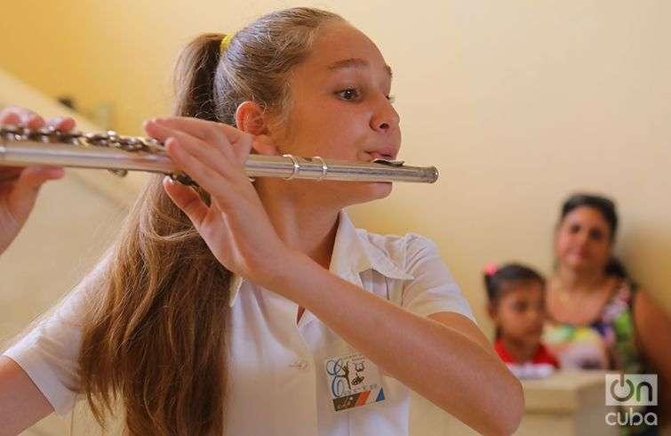 """Estudiante de flauta de la Escuela de Arte """"Benny Moré"""", de Cienfuegos. Foto: Christopher Baker."""