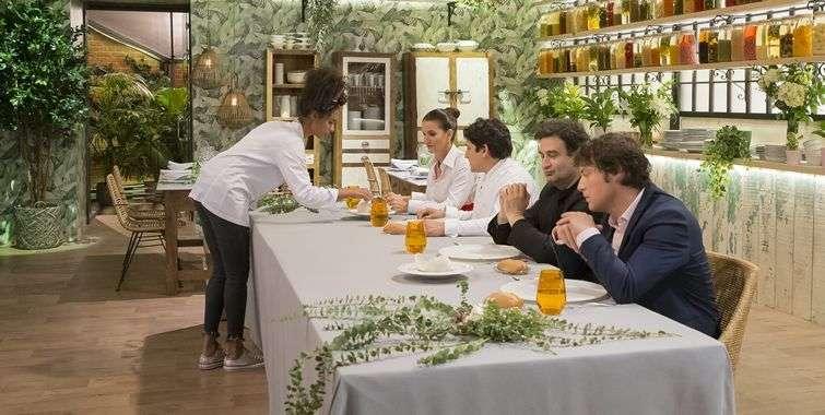 """Un jurado muy exigente, a veces un poco """"borde"""", es una de las características de esta competencia. En esta edición los jueces fueron tres grandes chef: Samantha Vallejo-Nágera, Jordi Cruz (derecha) y Pepe Rodríguez Rey (a su lado)."""