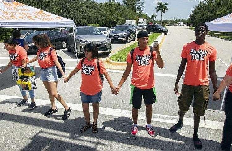 """Manifestantes que lucen camisetas con la consigna """"Hay que abolir el ICE"""" bloquean la intersección de la Avenita 145 y la Calle SW 29 en Miramar, Florida, el 18 de julio del 2018. Foto: C.M. Guerrero / Miami Herald vía AP."""