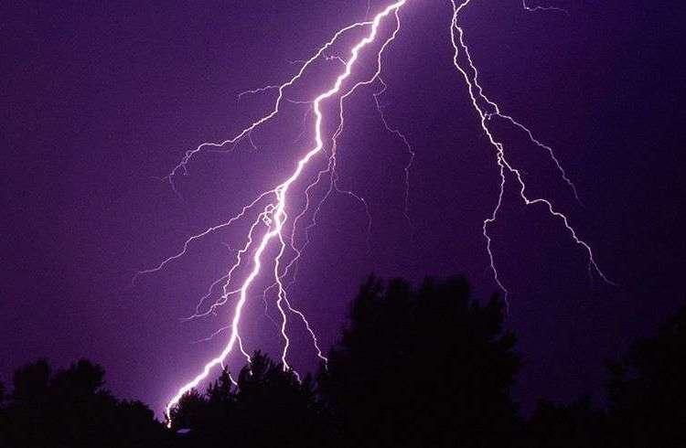 Los impactos de rayos son la primera causa de muerte por fenómenos meteorológicos en Cuba. Foto: moz.life