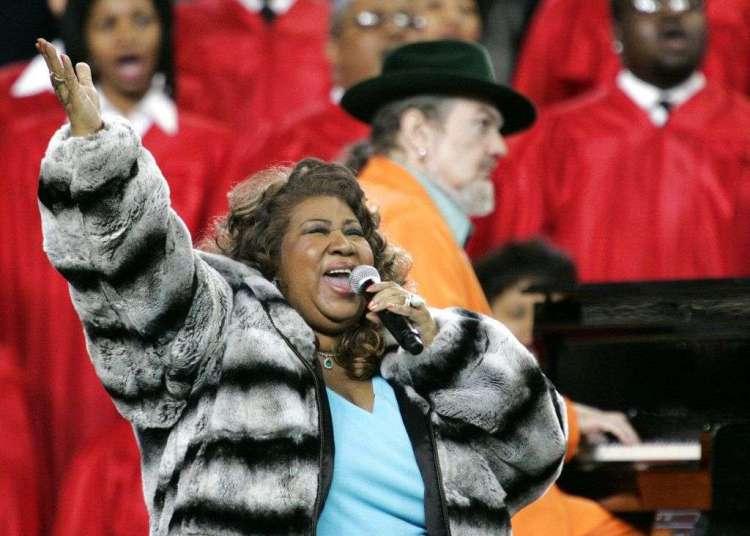 En esta foto del 5 de febrero del 2006, Aretha Franklin y Dr. John, al piano, interpretan el himno nacional antes del Super Bowl en Detroit. Foto: Gene J. Puskar / AP / Archivo.