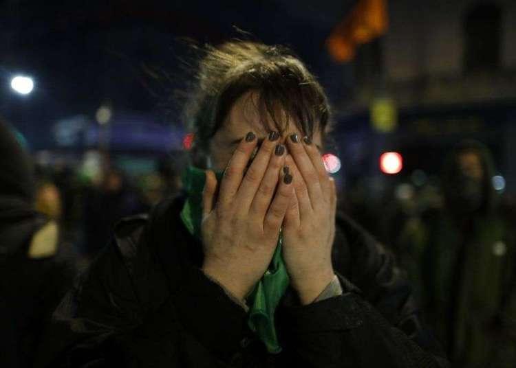 Una activista proaborto luego de que el Senado rechazó una propuesta para legalizar el aborto antes de las 14 semanas, en el exterior del Congreso, en Buenos Aires, el 9 de agosto de 2018. Foto: Natacha Pisarenko / AP.